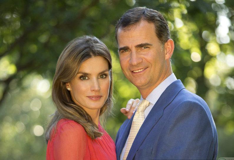 西班牙王妃莱蒂齐亚40岁生日 与家人拍摄温馨写真