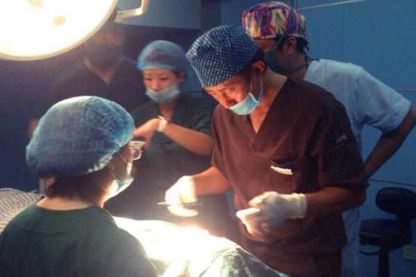 亚洲鼻王何栋良教授 2013年9月29日成功实施美联体成立以来的首台失败隆鼻修复手术,启动了美联体九个理事单位专家协同手术的开台第一刀